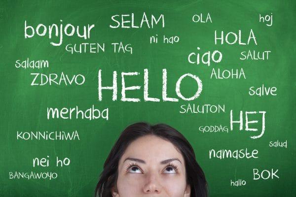 Tafel mit Hallo auf unterschiedlichen Sprachen